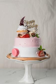 Délicieux gâteau d'anniversaire avec étiquette joyeux anniversaire sur fond clair