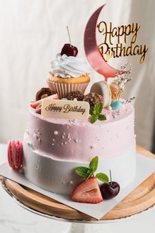 Délicieux gâteau d'anniversaire avec étiquette joyeux anniversaire