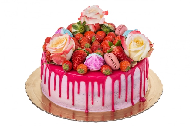 Délicieux gâteau d'anniversaire multicolore. avec des guimauves