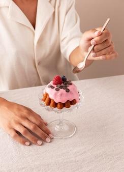 Délicieux gâteau avec arrangement de fruits des bois