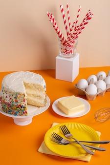 Délicieux gâteau arrangement grand angle