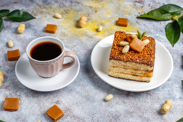 Délicieux gâteau au caramel et aux arachides avec des arachides et des bonbons au caramel, vue de dessus