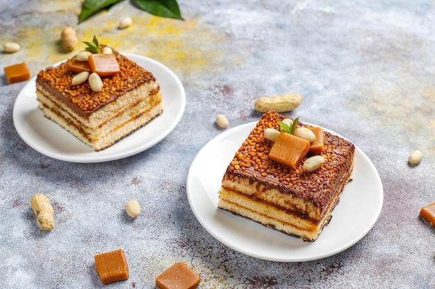 Délicieux gâteau au caramel et aux arachides avec cacahuètes et bonbons au caramel, vue du dessus