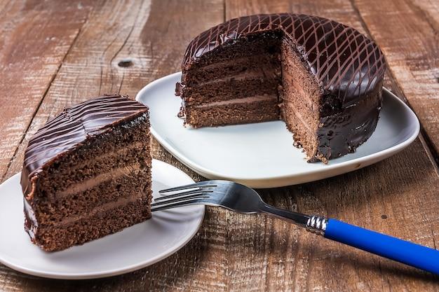 Délicieux gâteau au chocolat sur une assiette sous fond en bois.