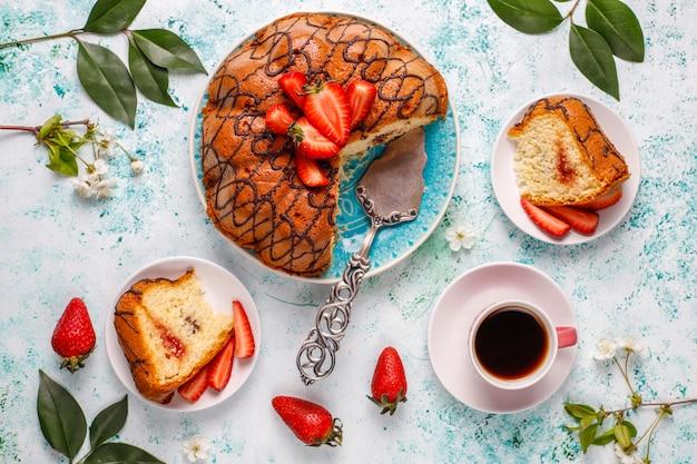 Délicieux gâteau au chocolat aux fraises avec des fraises fraîches, vue du dessus