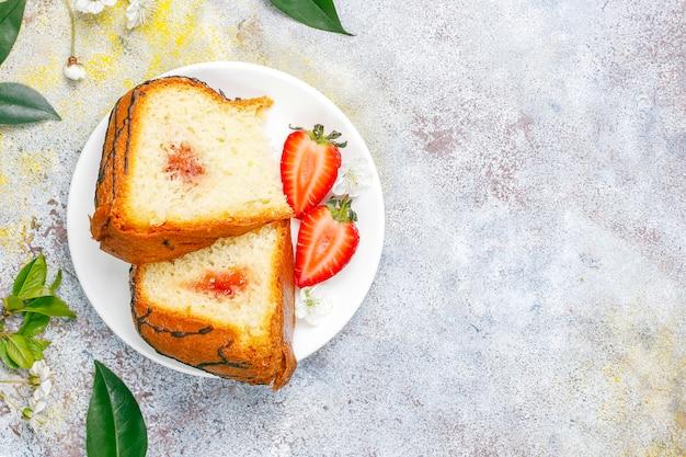 Délicieux gâteau au chocolat aux fraises avec des fraises fraîches