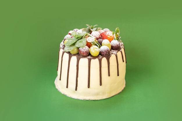 Délicieux gâteau au chocolat blanc fait maison avec des fruits sur fond isolé