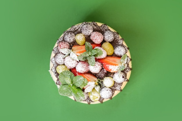 Délicieux gâteau au chocolat blanc fait maison avec des fruits isolés