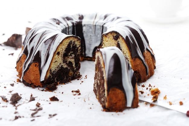 Délicieux gâteau au chocolat sur blanc