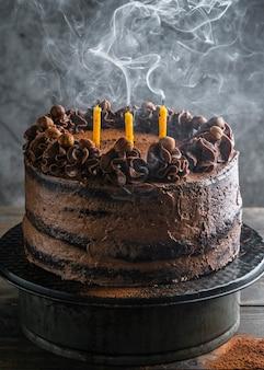 Délicieux gâteau au chocolat avec des bougies