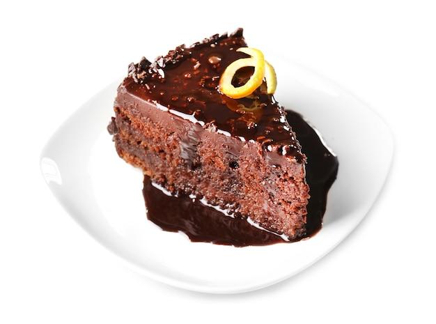 Délicieux gâteau au chocolat isolé sur blanc