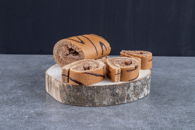 Délicieux gâteau au chocolat sur morceau de bois