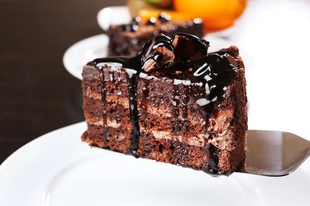 Délicieux gâteau au chocolat servi sur table, gros plan