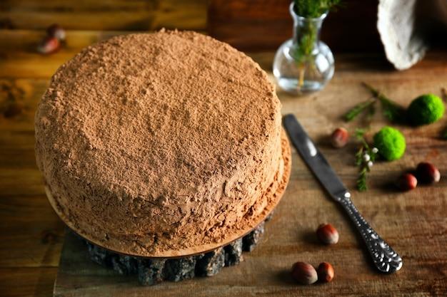 Délicieux gâteau au chocolat sur souche en bois