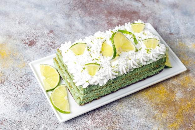 Délicieux gâteau au citron vert avec tranches de citron vert frais et limes