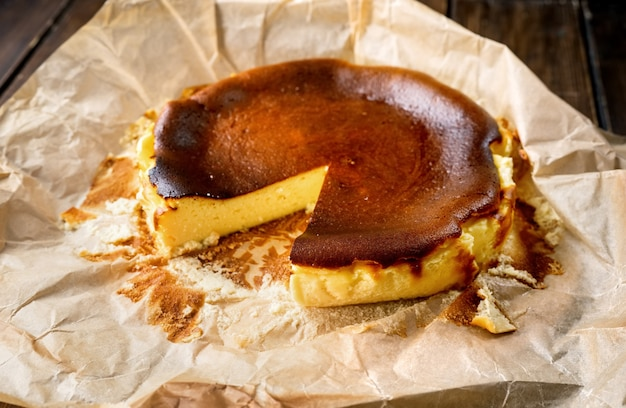Délicieux gâteau au fromage brûlé basque à la mode fraîchement cuit
