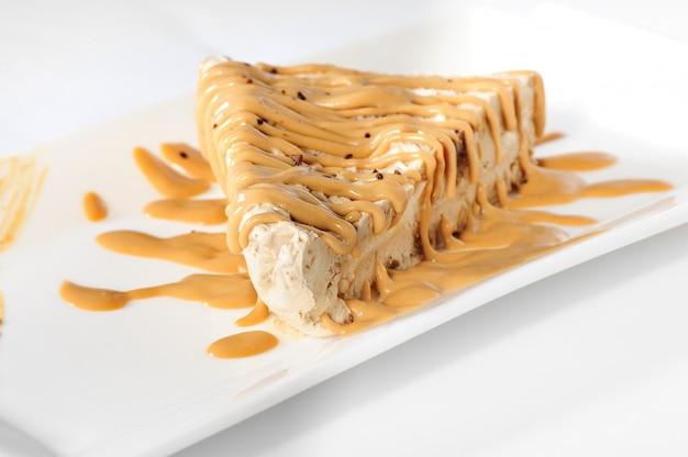 Délicieux gâteau au fromage avec garniture au caramel