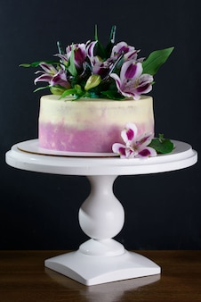Délicieux gâteau aux fleurs fraîches