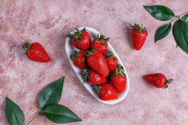 Délicieux gâteau aux fraises avec des fraises fraîches, vue du dessus