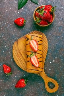 Délicieux gâteau aux fraises avec des fraises fraîches