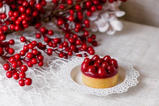 Délicieux gâteau aux framboises avec fraises fraîches, framboises, myrtilles, groseilles et pistaches