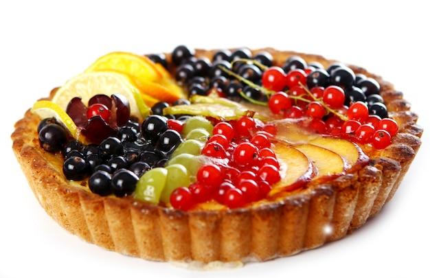 Délicieux gâteau aux fruits sur blanc