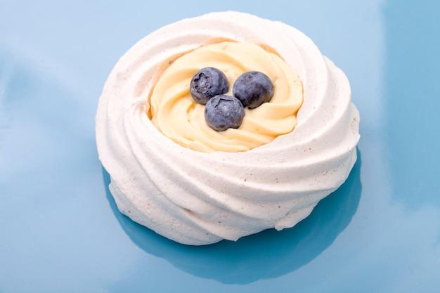 Délicieux gâteau aux myrtilles sur une plaque bleue