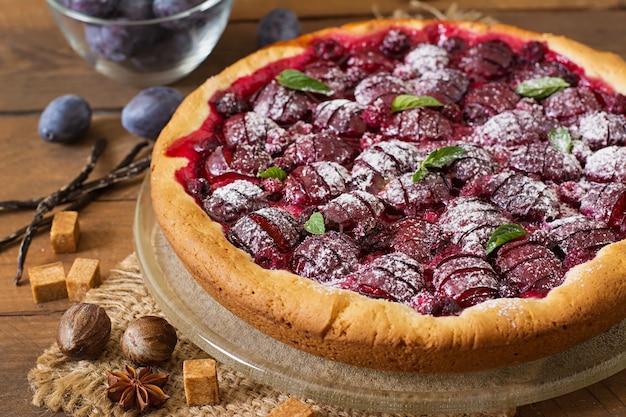 Délicieux gâteau aux prunes fraîches et aux framboises