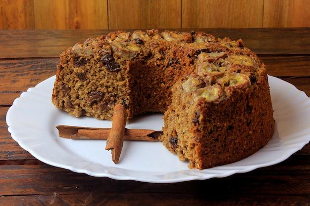 Délicieux gâteau bio à la banane fait maison bio, sans gluten, sur une table en bois rustique