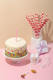 Délicieux gâteau avec bougie et cadeaux