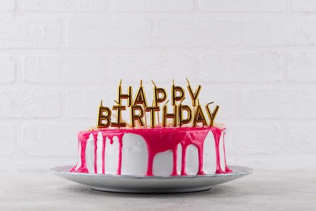 Délicieux gâteau et bougies d'anniversaire