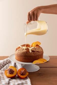 Délicieux gâteau bundt avec arrangement d'oranges