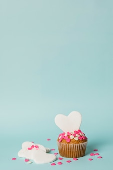 Délicieux gâteau avec des coeurs décoratifs