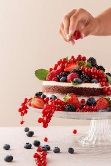 Délicieux gâteau à la composition de fruits des bois