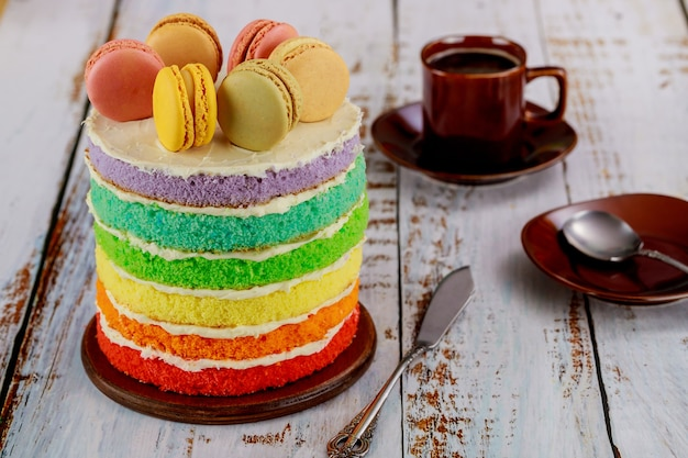 Délicieux gâteau de couche arc-en-ciel fait maison avec une tasse de café.