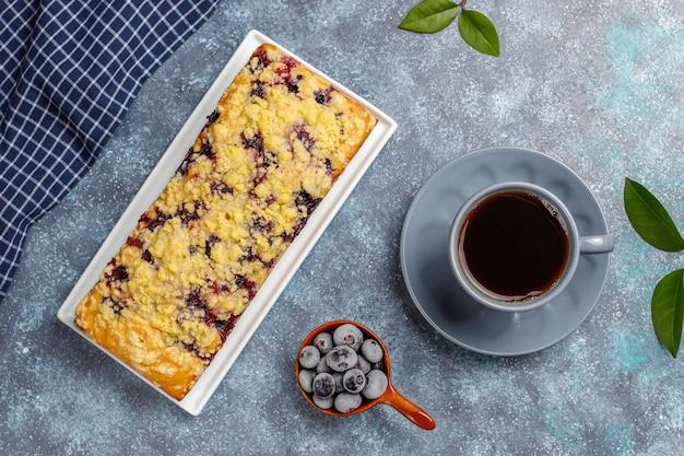 Délicieux gâteau crumble aux bleuets fait maison avec des bleuets surgelés