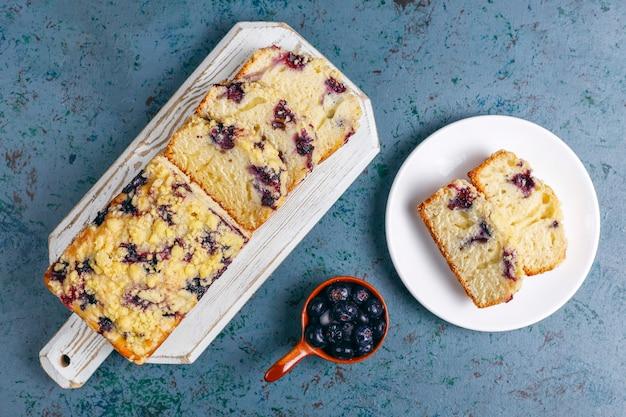Délicieux gâteau crumble aux bleuets fait maison avec des myrtilles surgelées, vue du dessus