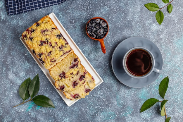 Délicieux gâteau crumble aux bleuets fait maison avec des myrtilles surgelées