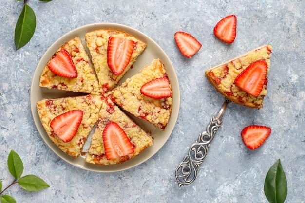 Délicieux gâteau crumble aux fraises fait maison avec des tranches de fraises fraîches