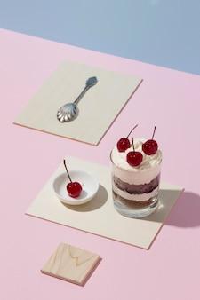 Délicieux gâteau dans un assortiment de verre