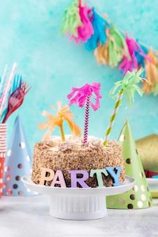 Délicieux gâteau et décorations de fête