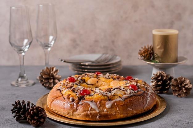Délicieux gâteau du jour de l'épiphanie avec arrangement de verres et d'assiettes