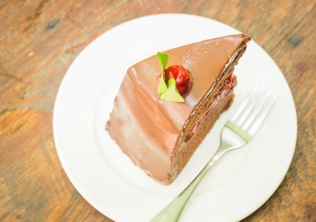 Délicieux gâteau forêt noire sur plaque blanche