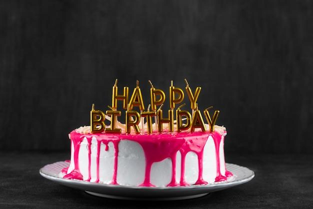 Délicieux gâteau avec glaçage et bougies