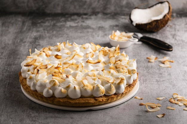 Délicieux gâteau avec grand angle de noix de coco