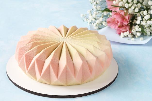 Délicieux gâteau mousse maison avec un bouquet de fleurs de gypsophile et d'alstroemeria en cadeau pour les vacances
