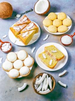 Délicieux gâteau à la noix de coco fait maison avec la moitié de la noix de coco