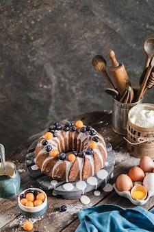 Délicieux gâteau de pâques fait maison avec des baies et du glaçage