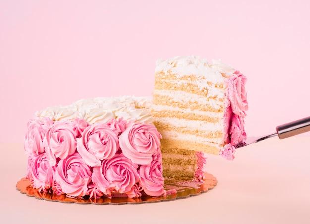 Délicieux gâteau rose avec des formes de roses
