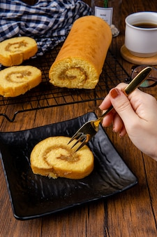 Délicieux gâteau roulé suisse ou bolu gulung avec confiture d'ananas bolu gulung est un gâteau éponge qui est cuit à l'aide d'un moule peu profond rempli de confiture ou de crème au beurre puis roulé